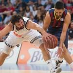 Llull y Navarro luchando por la pelota