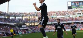 James celebra un gol en Los Cármenes