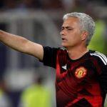 Mourinho dando instrucciones como técnico del Manchester United
