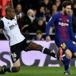 messi y kondogbia disputan un balon barcelona valencia camp nou liga santander