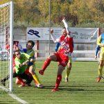 Delantero del Varea marcando un gol