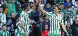 Joaquin y Sergio Canales celebrando un gol