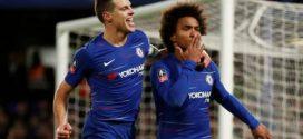 Cesar Azpilicueta y Willian jugadores del Chelsea celebrando un gol