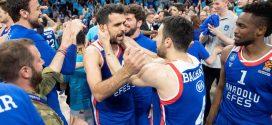 jugadores de anadolu efes celebran alcanzar la final four