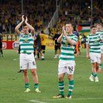 Jugadores del Celtic aplauden a su afición en Celtic Park