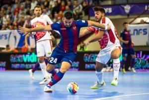 Pedro Toro disputa un balón ante Mateus