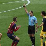 Mateu Lahoz enseñando una tarjeta