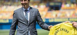Unai Emery posando con la camiseta del Villarreal